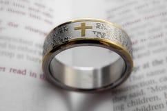 Δαχτυλίδι στη Βίβλο Στοκ εικόνες με δικαίωμα ελεύθερης χρήσης