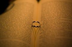 Δαχτυλίδι στο βιβλίο με μια καρδιά-διαμορφωμένη σκιά Στοκ φωτογραφία με δικαίωμα ελεύθερης χρήσης