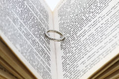 Δαχτυλίδι στο βιβλίο Στοκ φωτογραφία με δικαίωμα ελεύθερης χρήσης