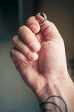 Δαχτυλίδι στο χέρι ατόμων ` s Στοκ Εικόνες