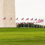 Δαχτυλίδι των σημαιών που περιβάλλουν το μνημείο της Ουάσιγκτον Στοκ Εικόνα