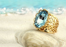 Δαχτυλίδι Jewellry με το aquamarine στην παραλία θερινής άμμου Στοκ φωτογραφία με δικαίωμα ελεύθερης χρήσης