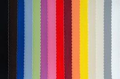 Δείγματα δέρματος ταπετσαριών σε ποικίλα χρώματα Στοκ Φωτογραφίες
