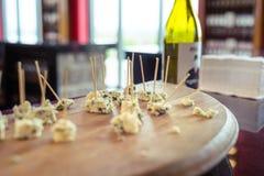 Δείγματα τυριών που καθορίζονται σε έναν πίνακα στοκ εικόνες με δικαίωμα ελεύθερης χρήσης