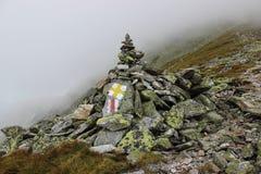 Δείκτες ιχνών βουνών σε έναν σωρό των βράχων Στοκ Εικόνες