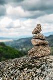 Δείκτης ιχνών τύμβων βράχου που αγνοεί μια κοιλάδα στη βορειοανατολική Πορτογαλία, Ευρώπη Στοκ φωτογραφία με δικαίωμα ελεύθερης χρήσης