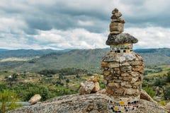 Δείκτης ιχνών τύμβων βράχου που αγνοεί μια κοιλάδα στη βορειοανατολική Πορτογαλία, Ευρώπη Στοκ Εικόνες
