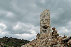 Δείκτης ιχνών τύμβων βράχου που αγνοεί μια κοιλάδα στη βορειοανατολική Πορτογαλία, Ευρώπη Στοκ Φωτογραφία