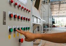 Δείκτης και μέση αφή δάχτυλων στο πράσινο κουμπί έναρξης Στοκ εικόνα με δικαίωμα ελεύθερης χρήσης