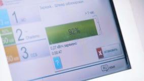 Δείκτης μπαταριών ενός ηλεκτρικού αυτοκινήτου κατά τη διάρκεια του ανεφοδιασμού σε καύσιμα που επιδεικνύεται σε μια ψηφιακή κονσό φιλμ μικρού μήκους