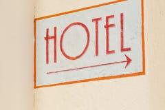 Δείκτης ξενοδοχείων στον τοίχο στην πόλη Στοκ φωτογραφία με δικαίωμα ελεύθερης χρήσης