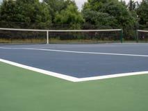Δείκτης ορίων γηπέδων αντισφαίρισης σε ένα τοπικό μικρό δικαστήριο, χαμηλή άποψη γωνίας στοκ φωτογραφίες