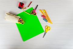 Δείκτης σχολικών εξαρτημάτων, μολύβι, ψαλίδι, γόμα, έννοια εγγράφου πίσω στο σχολείο Στοκ Φωτογραφία