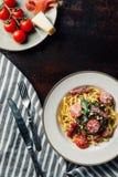 δείτε άνωθεν τα πιάτα με τα ζυμαρικά και jamon, την παρμεζάνα και jamon στον πίνακα με την πετσέτα κουζινών, δίκρανο στοκ φωτογραφίες με δικαίωμα ελεύθερης χρήσης