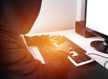 Δείτε από την πλευρά Χάκερ υπολογιστών που απασχολείται στο ανώνυμο cyber attac στοκ φωτογραφίες