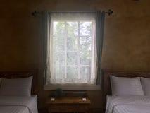 Δείτε μέσω της κουρτίνας στην κρεβατοκάμαρα στοκ εικόνες