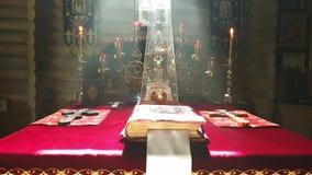 Δείτε στο βωμό της ορθόδοξης ξύλινης εκκλησίας στο Κίεβο με τον καπνό απόθεμα βίντεο