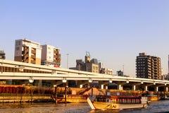 Δείτε την άποψη της άποψης ποταμών sumida για να δείτε τη μεγάλη βάρκα στο Τόκιο στοκ φωτογραφίες