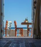 Δείτε την άποψη/το εστιατόριο, τους πίνακες και τις καρέκλες στοκ φωτογραφίες