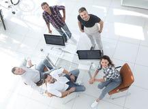 Δείτε τη τοπ δημιουργική συνεδρίαση ομάδων πίσω από ένα γραφείο στοκ εικόνα με δικαίωμα ελεύθερης χρήσης