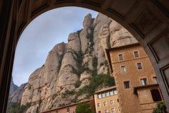 Δείτε το διάσημο καθολικό μοναστήρι του Μοντσερράτ στο υπόβαθρο των στρογγυλών βράχων Καταλωνία της Ισπανίας στοκ φωτογραφίες