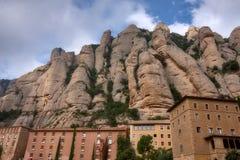 Δείτε το διάσημο καθολικό μοναστήρι του Μοντσερράτ στο υπόβαθρο των στρογγυλών βράχων Καταλωνία της Ισπανίας στοκ φωτογραφίες με δικαίωμα ελεύθερης χρήσης