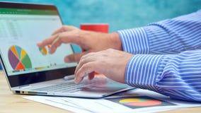 Δείχνοντας και επεκτειμένος γραφικές παραστάσεις επιχειρηματιών στο σύγχρονο lap-top οθόνης αφής Στοκ Εικόνα
