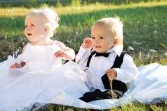 δεδομένου ότι τα παιδιά νυφών έντυσαν το νεόνυμφο στοκ φωτογραφία με δικαίωμα ελεύθερης χρήσης