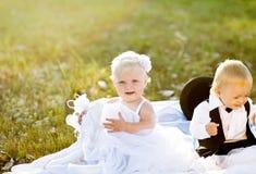 δεδομένου ότι τα παιδιά νυφών έντυσαν το νεόνυμφο στοκ φωτογραφίες με δικαίωμα ελεύθερης χρήσης