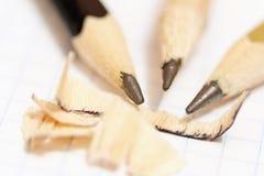 Δειγμένα μολύβια σε ένα υπόβαθρο ενός φύλλου μιας κινηματογράφησης σε πρώτο πλάνο σημειωματάριων Στοκ εικόνες με δικαίωμα ελεύθερης χρήσης