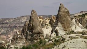 Δειγμένοι σχηματισμοί βράχου από ένα οροπέδιο βουνών απόθεμα βίντεο