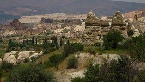 Δειγμένοι σχηματισμοί βράχου με τα κτήρια σε ένα ορεινό τοπίο απόθεμα βίντεο