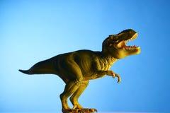 Δεινόσαυρος στο μπλε υπόβαθρο Στοκ Φωτογραφία