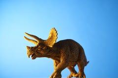 Δεινόσαυρος στο μπλε υπόβαθρο Στοκ εικόνα με δικαίωμα ελεύθερης χρήσης