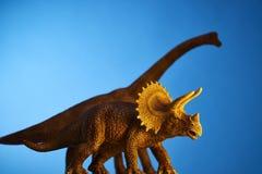 Δεινόσαυρος στο μπλε υπόβαθρο Στοκ φωτογραφία με δικαίωμα ελεύθερης χρήσης