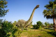 Δεινόσαυρος στο υπόβαθρο ζουγκλών Στοκ Φωτογραφίες