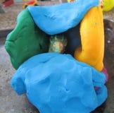 Δεινόσαυρος τεχνών παιδιών στη σπηλιά αργίλου στοκ φωτογραφία με δικαίωμα ελεύθερης χρήσης