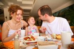 δειπνώντας οικογένεια Στοκ φωτογραφία με δικαίωμα ελεύθερης χρήσης