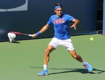 Δεκαεπτά φορές οι πρακτικές του Roger Federer πρωτοπόρων του Grand Slam για τις ΗΠΑ ανοίγουν το 2014 Στοκ Φωτογραφίες