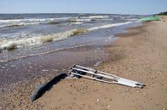 Δεκανίκια ζευγαριού στην άμμο παραλιών κοντά στη θάλασσα Στοκ φωτογραφία με δικαίωμα ελεύθερης χρήσης