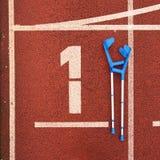 Δεκανίκι ιατρικής για το σπασμένο πόδι Αριθμός ένα… Μεγάλος άσπρος αριθμός διαδρομής ένας Στοκ Εικόνες