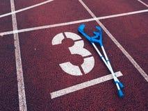Δεκανίκι ιατρικής για το σπασμένο πόδι Αριθμός τρία Μεγάλη άσπρη διαδρομή αριθμός τρία Στοκ Φωτογραφία