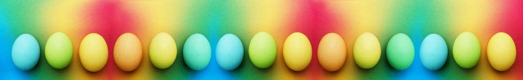Δεκαπέντε βιολογικά οργανικά μπλε τυρκουάζ πράσινο μήλου κίτρινα αυγά Πάσχας σε ένα υπόβαθρο ουράνιων τόξων στοκ εικόνες με δικαίωμα ελεύθερης χρήσης