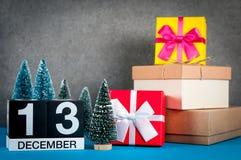 13 Δεκεμβρίου Ημέρα εικόνας 13 του μήνα Δεκεμβρίου, του ημερολογίου στα Χριστούγεννα και του νέου υποβάθρου έτους με τα δώρα και  Στοκ Φωτογραφία