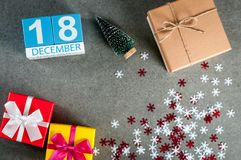 18 Δεκεμβρίου Ημέρα εικόνας 18 του μήνα Δεκεμβρίου, του ημερολογίου στα Χριστούγεννα και του νέου υποβάθρου έτους με τα δώρα Στοκ Εικόνα