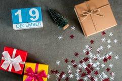 19 Δεκεμβρίου Ημέρα εικόνας 19 του μήνα Δεκεμβρίου, του ημερολογίου στα Χριστούγεννα και του νέου υποβάθρου έτους με τα δώρα Στοκ Εικόνες