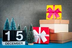 15 Δεκεμβρίου Ημέρα εικόνας 15 του μήνα Δεκεμβρίου, του ημερολογίου στα Χριστούγεννα και του νέου υποβάθρου έτους με τα δώρα και  Στοκ Εικόνα