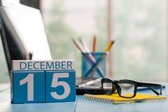 15 Δεκεμβρίου Ημέρα 15 του μήνα, ημερολόγιο στο υπόβαθρο εργασιακών χώρων ιατρικών βοηθών όμορφο πορτρέτο κοριτσιών φορεμάτων ένν Στοκ εικόνα με δικαίωμα ελεύθερης χρήσης