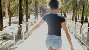 Δελεαστική μοντέρνη μαύρη γυναίκα στην οδό απόθεμα βίντεο