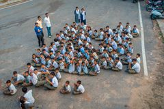 Δελχί, Ινδία - 16 Σεπτεμβρίου 2017: Εναέρια άποψη της μη αναγνωρισμένης ομάδας παιδιών που φορούν τα αθλητικά ενδύματα, που κάθετ Στοκ Εικόνα